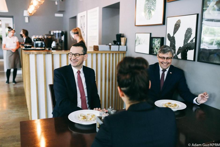 Mateusz Morawiecki krytykowany za wizytę w kawiarni bez maseczki