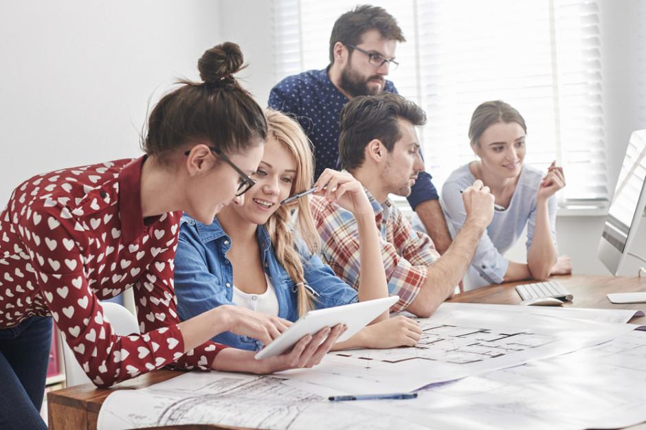 Przyjemność i radość z pracy ważniejsze dla pracowników niż porządek i silne przywództwo (raport)