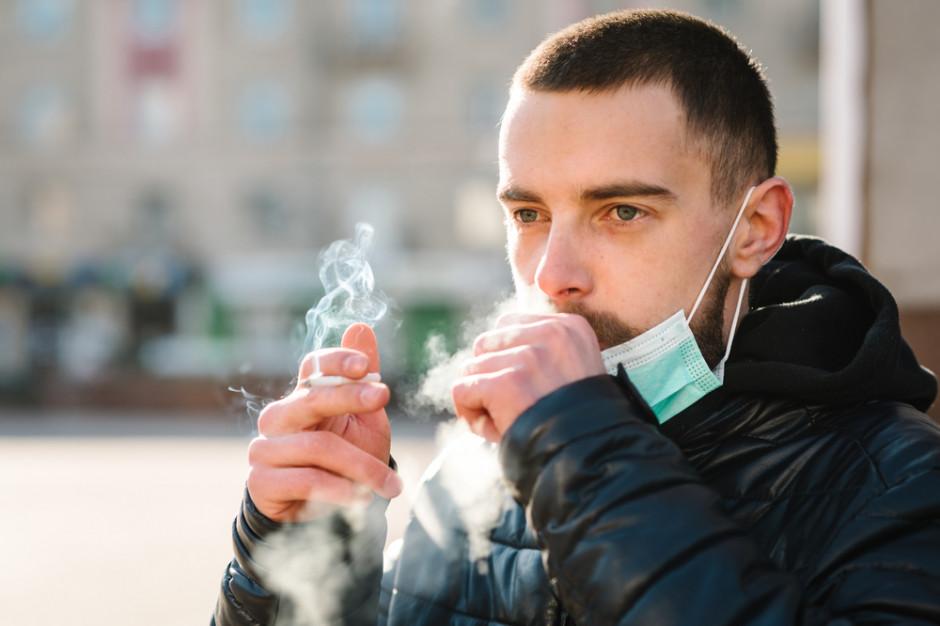 MZ: Covid-19 ma dużo cięższy przebieg u osób palących