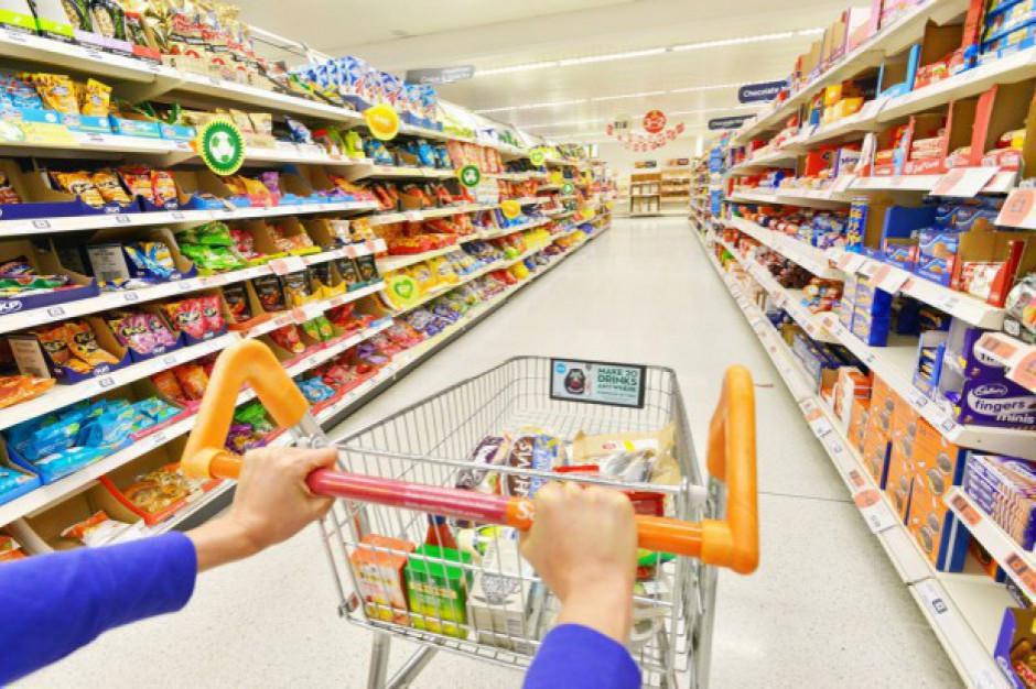 Klient hipermarketu przeklejał kody kreskowe, aby taniej kupić produkty