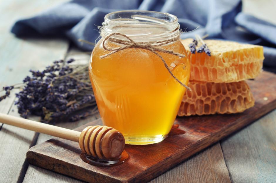 Pszczelarze z Rzeszowa przekazują miód dla pracowników szpitala jednoimiennego w Łańcucie