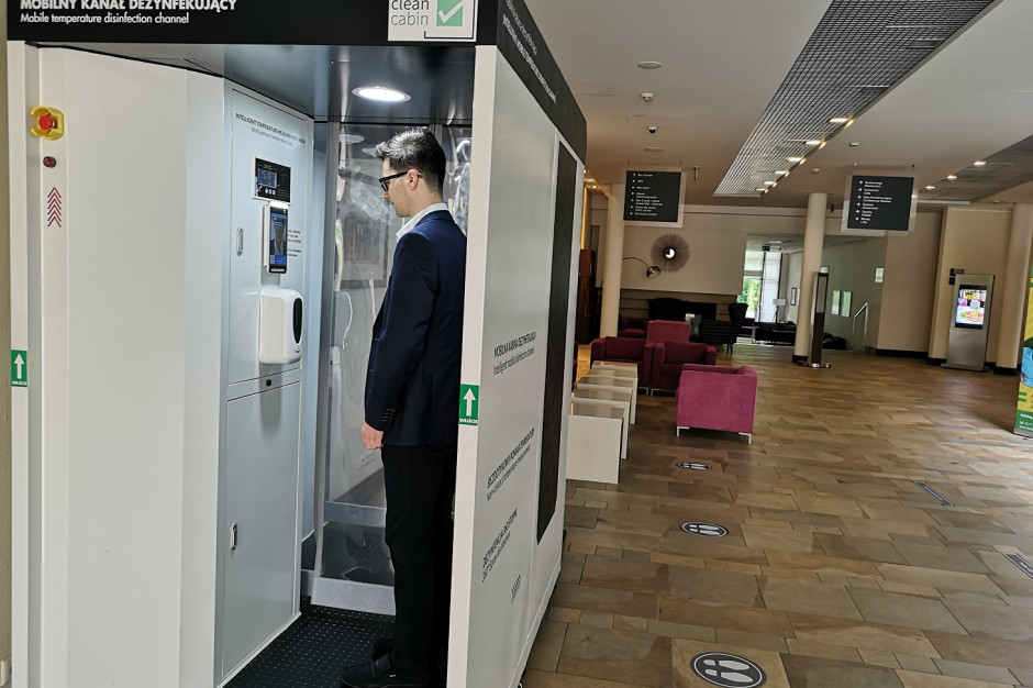 Polski startup wprowadza do sprzedaży kabinę do dezynfekcji i pomiaru temp. Wydajność 300 osób/godz.