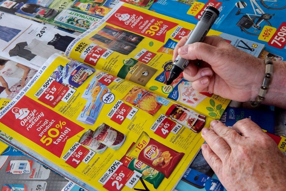Polacy wciąż ufają sklepowym gazetkom. Wierzą, że dzięki nim kupują taniej i więcej (badanie)