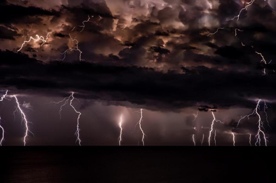 RCB wydało alert w związku z silnym wiatrem i burzami z gradem