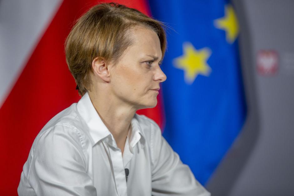 Minister Emilewicz: od nowego roku mogą pojawić się kaucje przy zakupie oleju silnikowego