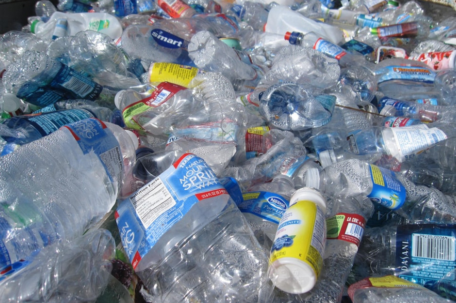 Wielkie koncerny utrudniają walkę z zanieczyszczeniem plastikiem (raport)