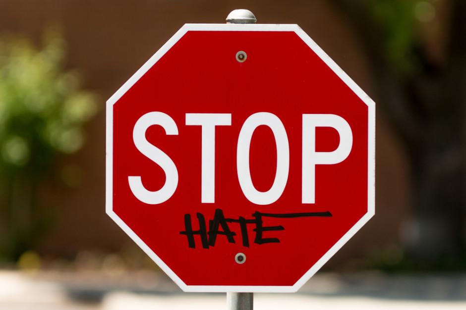 Media społecznościowe i reklamodawcy zdefiniowali mowę nienawiści