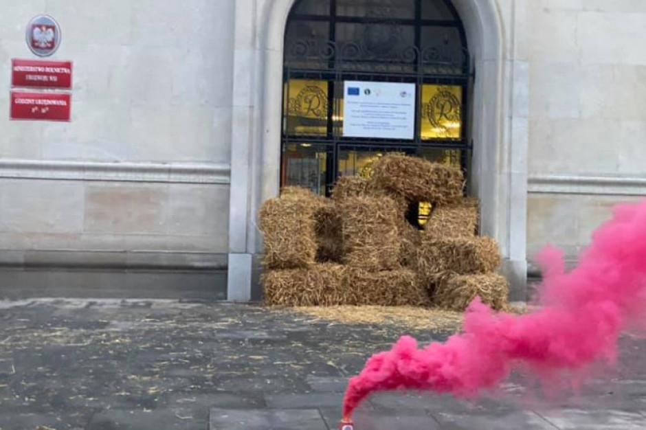 Słomą witają nowego ministra rolnictwa. Jutro ponad 100 blokad rolniczych w całym kraju