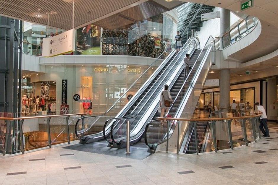 Coraz więcej osób odwiedza centra handlowe