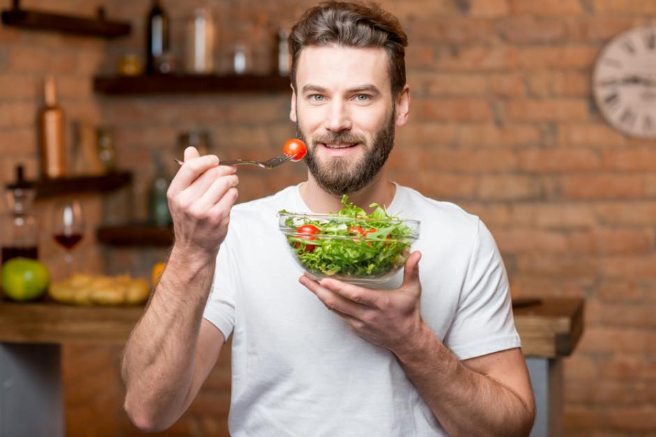 Podczas pandemii mężczyźni odżywiają się zdrowiej niż kobiety (badanie)