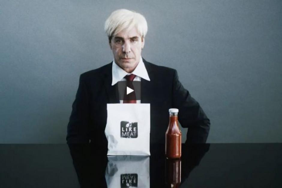 Wokalista zespołu Rammstein w reklamie warzywnych burgerów (wideo)