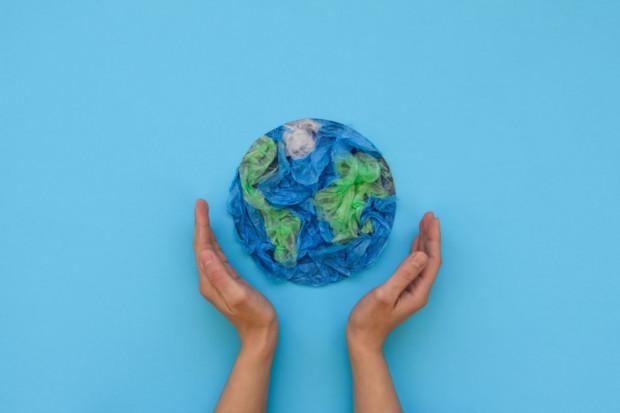 Plastikowa rewolucja w sieciach handlowych: kula u nogi czy szansa na poprawę wizerunku?