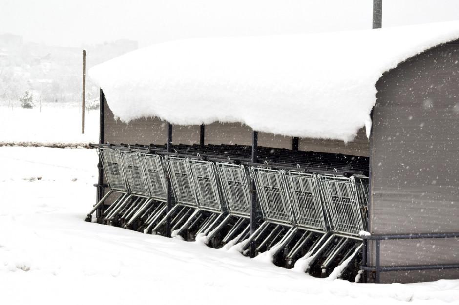 Strażacy apelują o odśnieżanie dachów. Ciężka warstwa śniegu niebezpieczna dla hipermarketów
