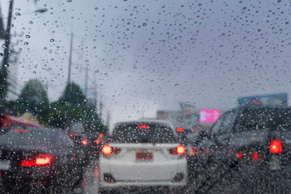GDDKiA: Jazdę kierowcom utrudniać będzie m.in. mżawka i deszcz