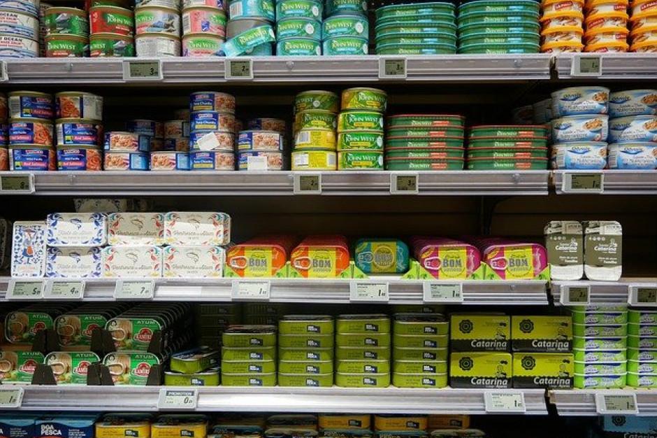 W Czechach większość sklepów pozostanie zamknięta; rząd nakazuje noszenie maseczek FFP2