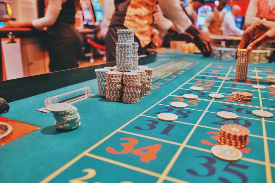 Rząd chce zakazać serwowania posiłków w kasynach