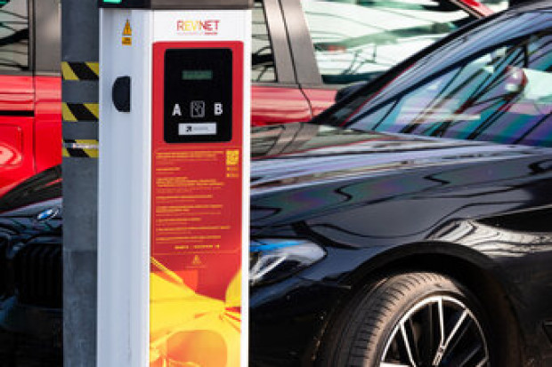 Stacje ładowania samochodów elektrycznych przed Makro