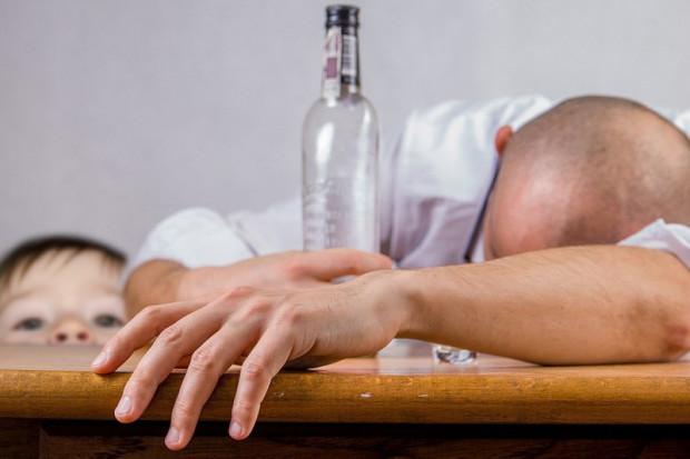 Przymusowe leczenie skazanego uzależnionego od alkoholu - zgodne z konstytucją