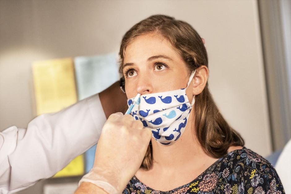 Ekspert: mniej zachorowań na COVID-19 dopiero za ok. 2 tygodnie?