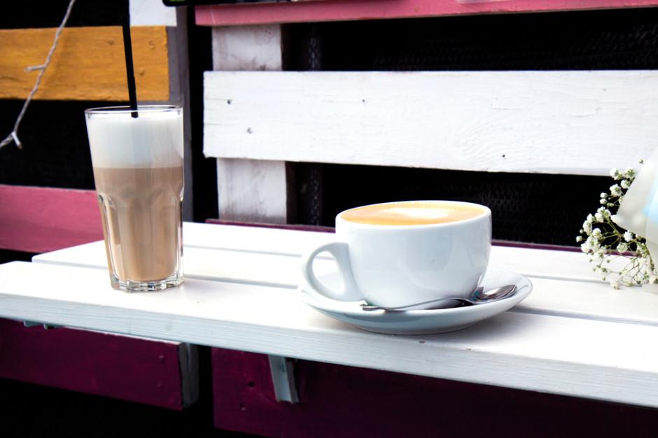 Polacy marzą o latte w kawiarnianym ogródku