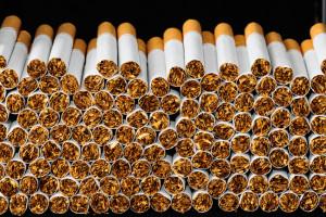 Policja przejęła duże ilości nielegalnego alkoholu i tytoniu