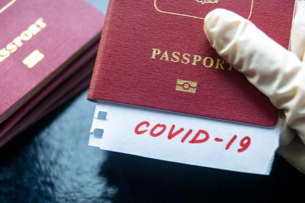 Francuzi za paszportami covidowymi. Ostrożność czy dyskryminacja?