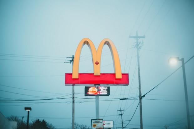 McDonald's podwyższa pensję, aby przyciągnąć pracowników