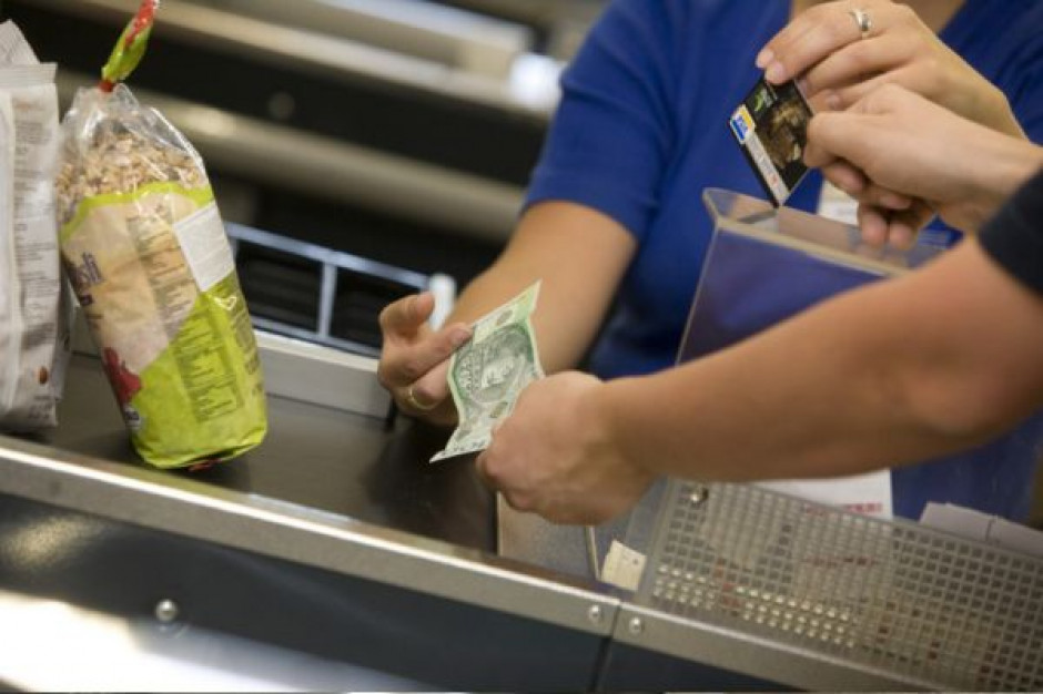 Oszust płacił w sklepach fałszywym banknotem