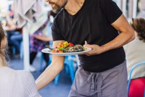 Brakuje rąk do pracy w gastronomii. Walka o pracowników