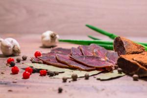 Wizytówki na kawałkach suszonego mięsa - pomysł mera z Ukrainy