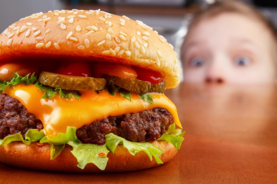 Wielka Brytania zakazuje reklam fast foodów i słodyczy