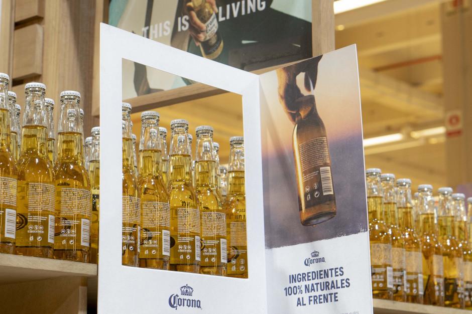 Dlaczego Corona odwróciła butelki na sklepowych półkach?