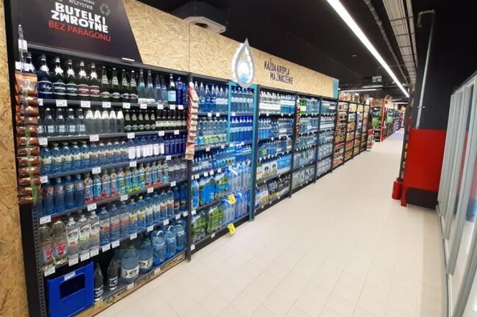 Carrefour sprzedaje wodę gazowaną w szklanych butelkach kaucyjnych