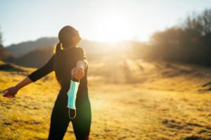 Wakacyjne podróze: Gdzie trzeba nosić maseczki? Jakie kary za brak?