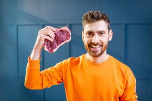Mężczyźni woleliby żyć krócej niż zrezygnować z mięsa