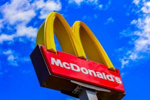 Szczepienia przeciwko COVID-19 w sieci McDonald's