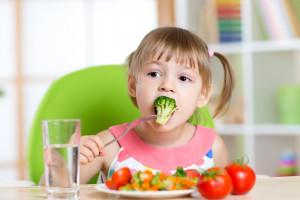 MRiRW zmniejsza porcje owoców, warzyw i mleka dla szkół