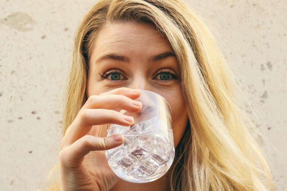 Picie zalecanej ilości wody chroni serce