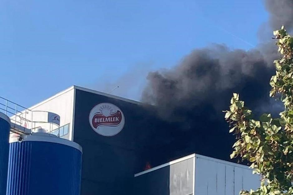 Pożar w mleczarni Bielmlek, dym sięga 40 metrów