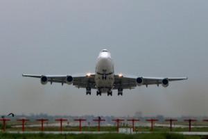 Liczba operacji lotniczych rośnie, nadal mniej niż przed pandemią
