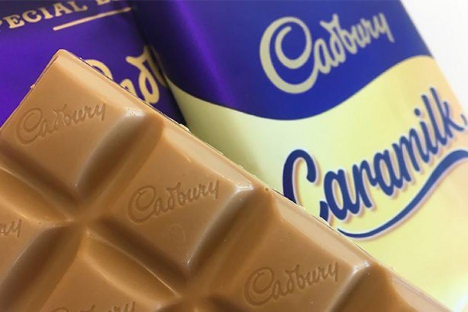 Cadbury: żywy człowiek siedzi na bilboardzie i reklamuje batoniki