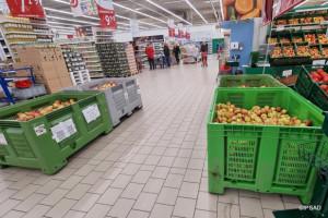 Sprzedaż jabłek ze skrzyń w dyskontach niszczy rynek jakościowych owoców