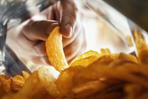 Opakowania po chipsach i słodyczach surowcem na meble?