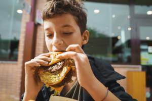 Fast food kilka razy w roku nie szkodzi? Jesteśmy od tego daleko