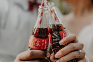 Coca-Cola po III kw.: dobra sprzedaż, większe wydatki, podwyżki cen
